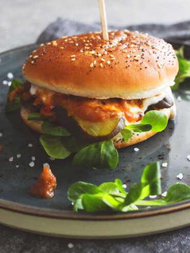Burger z szarpaną wieprzowiną i sosem BBQ
